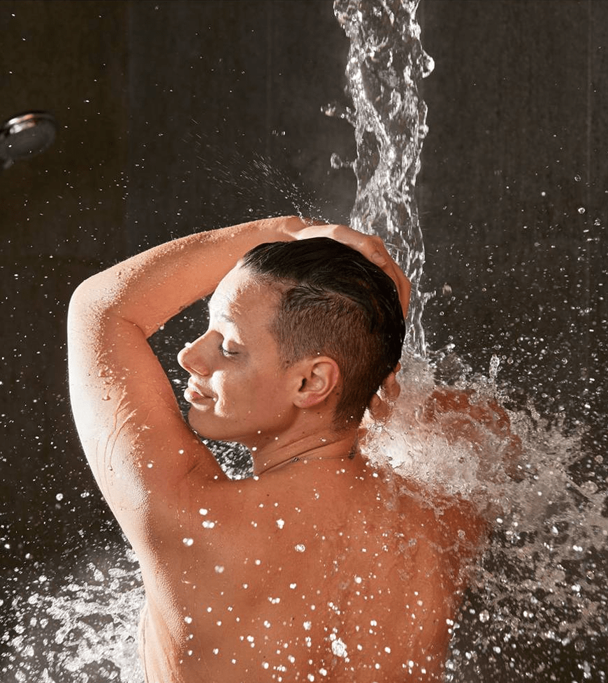 Hot or cold water drops from the bucket shower for the best contrast shower experience.